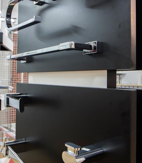 _Renueve-empresa-de-reformas-en-a-coruña-tienda-de-accesorios-para-baño-y-cocina-griferías-puertas-ventanas-calidad-accesorios-grifos-gran-variedad-de-grifos-antiguos-toallero