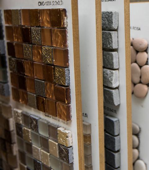 Renueve-empresa-de-reformas-en-a-coruña-venta-de-materiales-proyecto-3d-gratis-expositor-muestras-piedras-exterior